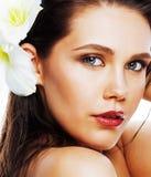 在wh有Amarilis花关闭的年轻俏丽的妇女隔绝的 免版税库存图片