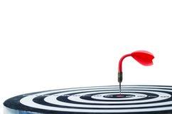 在wh隔绝的掷镖的圆靶的中心的弯曲的红色箭箭头 库存照片