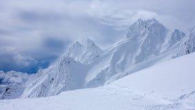在Whakapapa滑雪场的石峰在Mt Ruapehu火山在新西兰的北岛由雪深刻的层数盖了 免版税库存照片