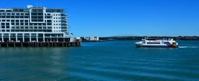 在Wharf王子附近的Fullers MV快的猫轮渡风帆 免版税库存照片
