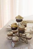 在whate桌上的杯形蛋糕在餐馆 免版税库存图片
