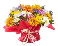 在whi和其他花隔绝的花束大丁草、康乃馨 库存照片
