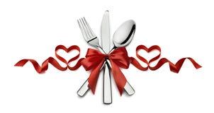 在whi隔绝的华伦泰银器红色丝带心脏餐馆 图库摄影