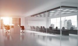 在whire颜色和光的办公室室内设计从窗口的 免版税库存照片