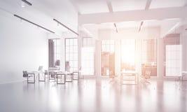 在whire颜色和光的办公室室内设计从窗口的 库存照片