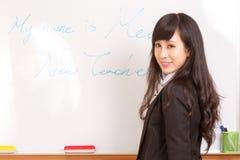 在whiteboard的亚洲老师文字 免版税库存照片