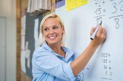 在whiteboard的老师教的算术 图库摄影