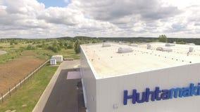 在Whiteplant门面的特写镜头蓝色名牌Huhtamaki 影视素材
