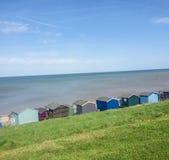 在whitstable海滨人行道的海滩小屋 库存照片