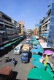 在Wichayanon路的交通 在Kad Luang附近 库存照片