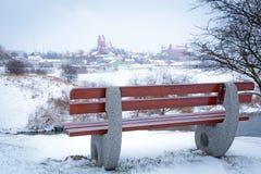 在Wierzyca河的空的长凳在波兰 库存照片