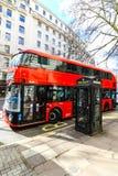 在wifi电话亭附近的伦敦公共汽车 库存图片