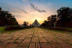 在Wiharn Phra Mongkol Bophit,阿尤特拉利夫雷斯,泰国的日落 免版税库存照片