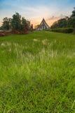 在Wiharn Phra Mongkol Bophit,阿尤特拉利夫雷斯,泰国的日落 库存照片