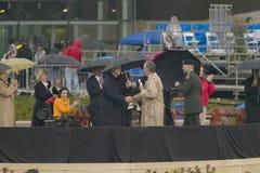 在Wil的盛大开幕式仪式期间,前美国总统乔治HW布什与前美国总统比尔・克林顿握手 免版税库存图片
