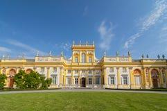 在Wilanow宫殿的主楼和凹室塔在华沙,波兰 免版税库存照片