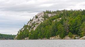 在Wilderness湖的白色石英岩峭壁 免版税库存图片