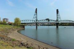 在willamette河波特兰的历史的桥梁 库存照片