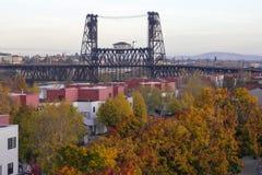 在Willamette河的钢桥梁秋天的 免版税图库摄影