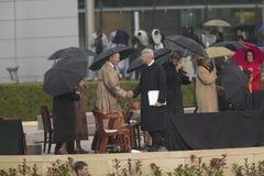 在Willia的盛大开幕式仪式期间,前美国总统比尔・克林顿与前总统乔治HW布什握手 库存照片