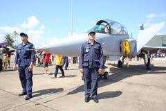 在Wing7空军基地的JAS 39 Gripen展示在泰国儿童的天 免版税库存图片