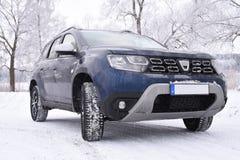 在winterlandscape的肮脏的汽车 免版税图库摄影