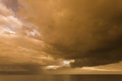 在Withernsea,东部费用约克夏,英国的风雨如磐的天空 库存照片
