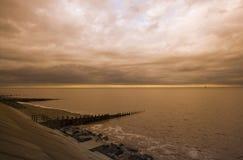 在Withernsea,东部费用约克夏,英国的风雨如磐的天空 库存图片