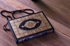 在wodden板与念珠-赖买丹月kareem/Eid Al fitr概念的圣洁伊斯兰教的书古兰经 库存照片