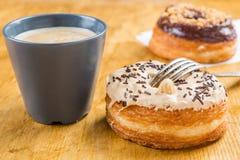 在wodden桌上的多福饼cronut 库存图片