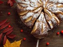 在wodden桌上的新鲜的被烘烤的苹果饼 库存照片