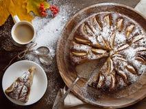 在wodden桌上的新鲜的被烘烤的苹果饼 免版税库存图片