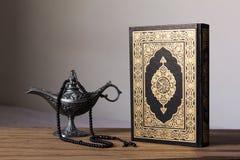 在wodden背景的圣洁古兰经与念珠和埃及aladdin灯-赖买丹月kareem/Eid Al fitr概念 免版税库存照片
