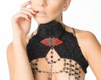 在Woman& x27的身体首饰; s胸口 免版税图库摄影