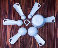 在woode的测量的集合桌匙子和杯子塑料白色颜色 库存图片