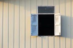 在woodenwall的打开的木窗口 免版税库存图片