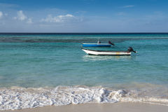 在Worthing海滩巴巴多斯的小船 库存图片