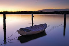 在Woy Woy的日出有一点小船和停泊的 图库摄影