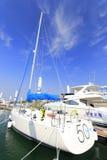 在wuyuanwan游艇码头的白色风船 库存图片