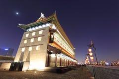 在xian市墙壁上的古老塔楼 库存照片