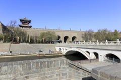 在xian circumvallation护城河的石曲拱桥梁在冬天 免版税库存图片