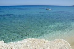 在Xigia海滩的令人惊讶的透明的蓝色绿松石水 免版税图库摄影