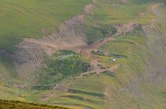 在Xinaliq,阿塞拜疆,大高加索山脉范围的遥远的山村附近的牧羊人 免版税图库摄影