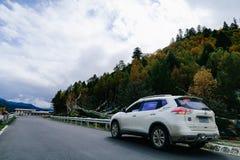 在xizang旅游业推进路山轮72的风景 免版税库存图片