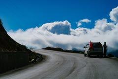在xizang旅游业推进路的山风景 免版税库存照片