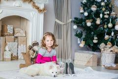 在Xmas树附近的愉快的小女孩 免版税库存图片