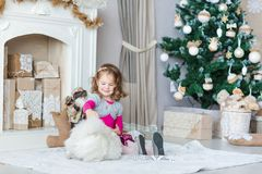 在Xmas树附近的愉快的小女孩 图库摄影