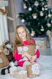 在Xmas树附近的愉快的小女孩 免版税图库摄影