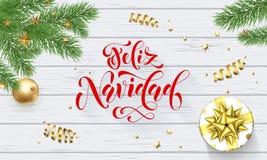 在Xmas树,贺卡白色木后面的书法字体的Feliz Navidad西班牙人圣诞快乐假日金黄装饰 皇族释放例证