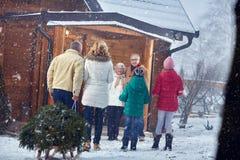 在xmas -家庭、假日、季节和人概念的欢迎 免版税库存图片